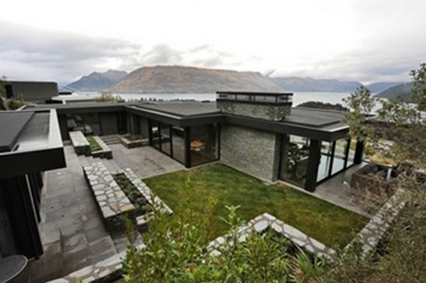An impressive and beautifully crafted Queenstown home has won a Supreme Award at the Southern Registered Master Builders 2017 House of the Year competition.