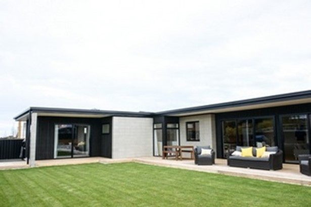A striking Timaru home has taken out a Supreme Award at the Registered Master Builders 2017 House of the Year competition.